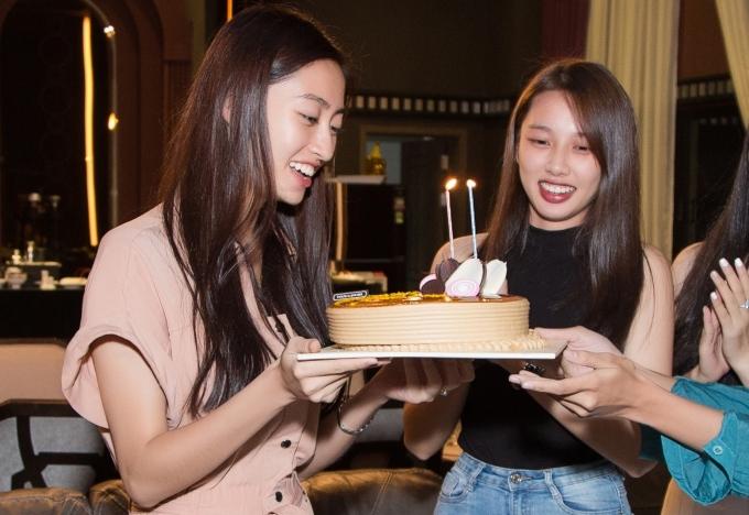 <p> Thùy Linh rạng rỡ thổi nến, cắt bánh mừng tuổi 19.</p>