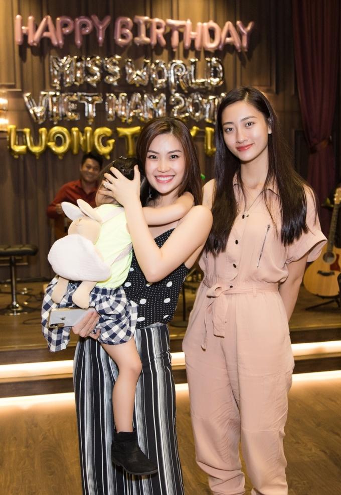<p> Á hậu Diễm Trang dắt theo con gái đến chung vui cùng Thùy Linh.</p>