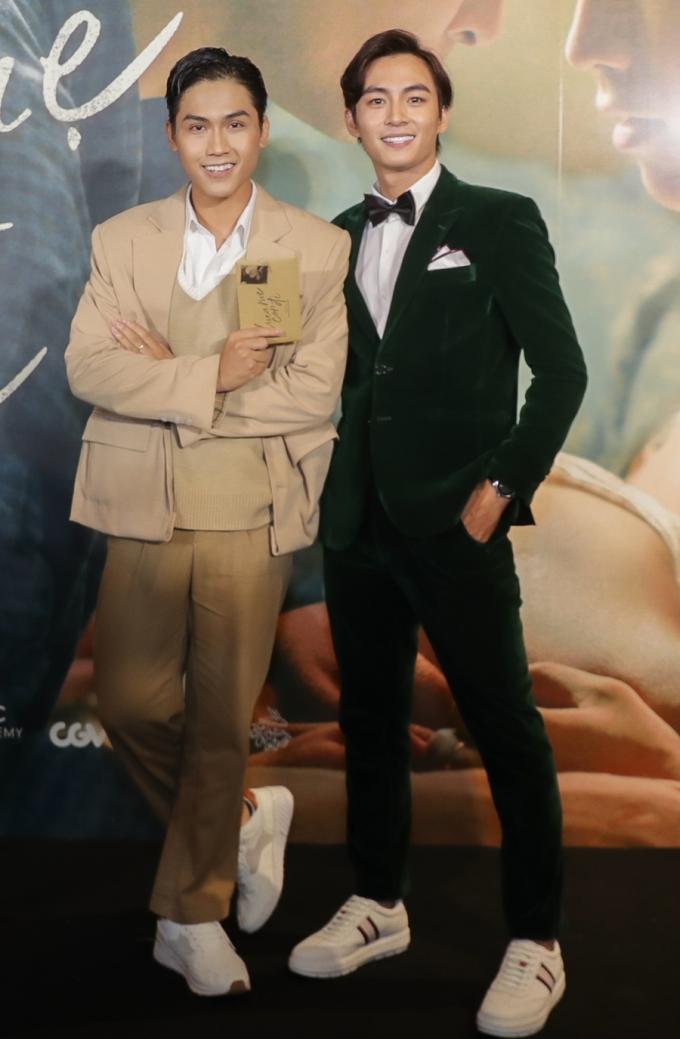 <p> Hai diễn viên chính Lãnh Thanh (phải) và Võ Điền Gia Huy gây chú ý trên thảm đỏ.</p>