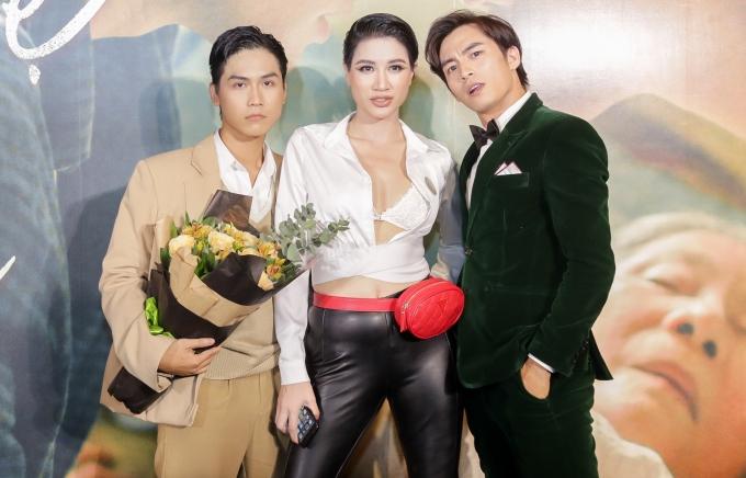 <p> Trang Trần chúc mừng hai trai đẹp của phim.</p>