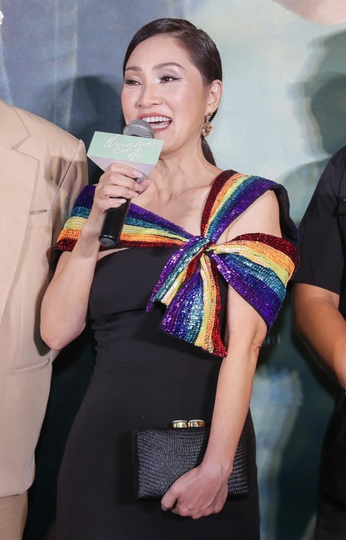 <p> Phim đánh dấu sự trở lại của nghệ sĩ Hồng Đào trong vai người mẹ nhiều tâm trạng khi đối diện sự thật về giới tính gay của con trai. Chị xuất hiện rạng rỡ sau công khai ly hôn Quang Minh.</p>