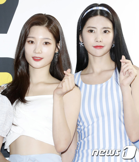 Jung Chae Yeon (ảnh trái) và Hui Hyeon là những thí sinh của show tuyển chọn Produce 101 mùa 1.