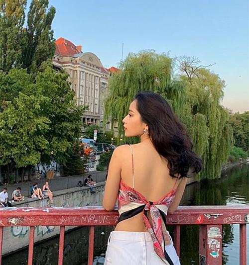 Phong cách vừa gợi cảm vừa chất lừ này của Chi Pu khiến các fan liên tưởng đến Lisa. Gần đây, thành viên Black Pink rất tích cực lăng xê mốt buộc khăn làm áo. Trên Instagram, nhiều người khen Chi Pu nhanh nhạy với xu hướng, chọn đồ rất khéo tôn lên vóc dáng sexy.