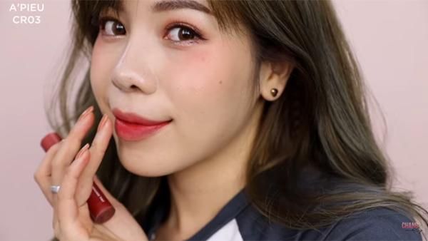 Beauty blogger Changmakeup gợi ý màu CR03. Đây là tông hồng đất, pha chút đỏ cho màu sắc tươi tắn hơn, giúp phù hợp với làn da châu Á. Son có chất tint nhưng khá đặc, khi tô lên lì lại nhanh chóng.