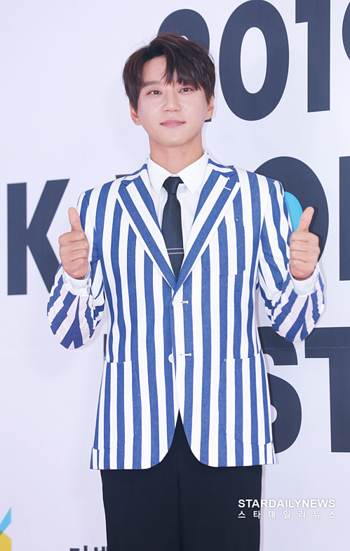 Nam ca sĩ Hwang Chi Yeul.