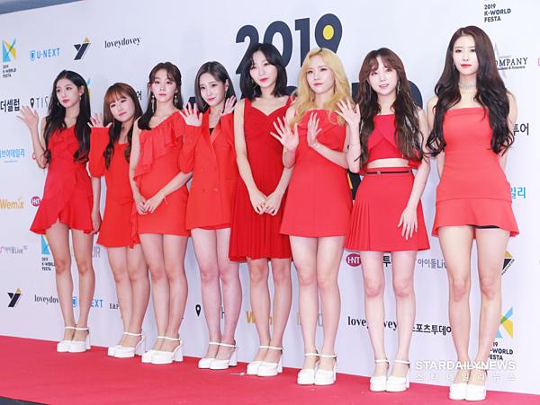 Lovelyz diện outfit đỏ nổi bật.
