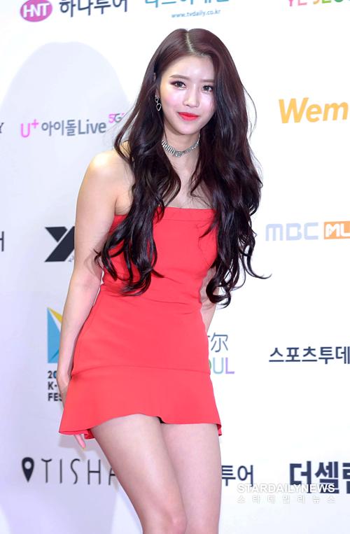 Váy ngắn khiến Min Joo lộ quần bảo hộ.