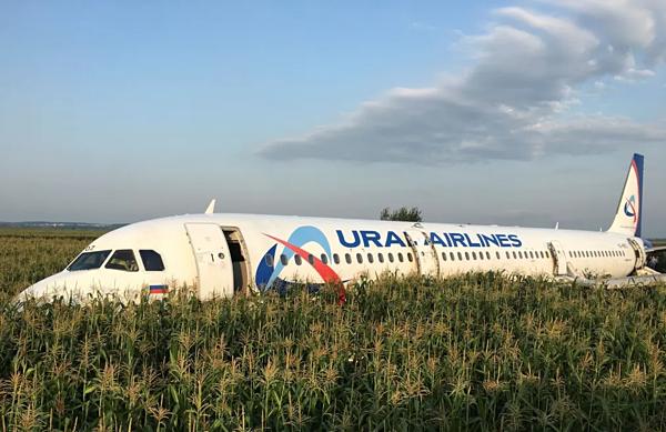 Máy bay của hãngUral Airlines bi hư hỏng.