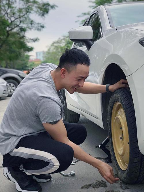 Hoàng Anh Vũ (vai Dũng) cả trên phim lẫn ngoài đời đều đi chiếc Mazda 3 màu trắng.