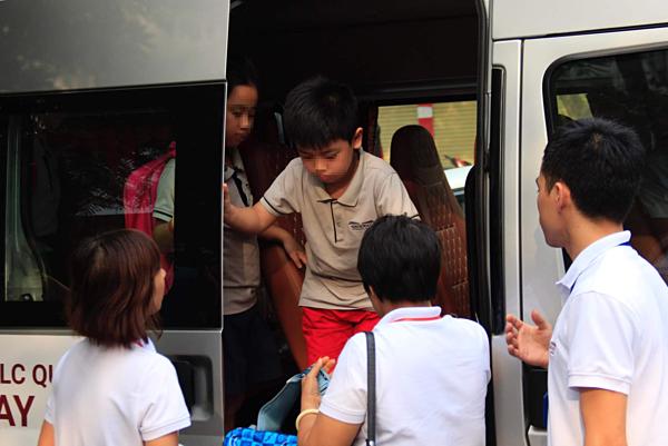 Dịch vụ xe ô tô đưa đón của trường Tiểu học Gateway. Ảnh: Huyền Vũ