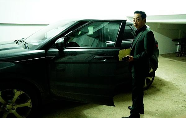 NSND Hoàng Dũng (vai ông Luật) mua chiếc Range Rover Evoque hồi năm 2015 với giá hơn 2 tỷ đồng. Ông mua được xe với mức giá rẻ hơn thị trường nhờ cậu con trai tư vấn và làm các thủ tục giấy tờ.