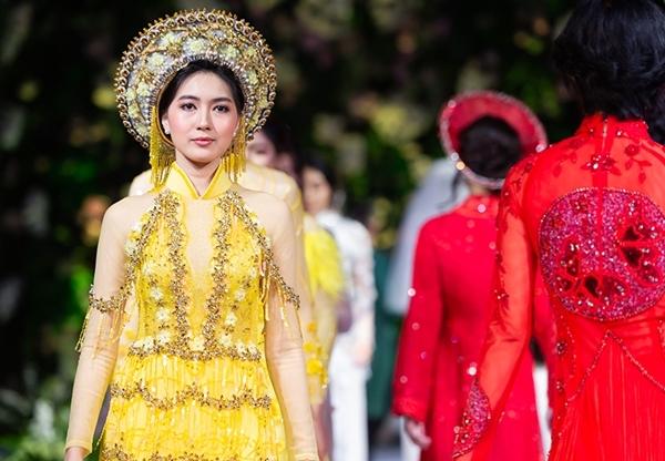 Tham gia show diễn của Kenny Thái, Yune cho biết cô ấn tượng với áo dài Việt. Mặc trang phục truyền thống, cô thấy thích thú với văn hóa Việt Nam. Cô hy vọng một lần được đặt chân tới đất nước hình chữ S.