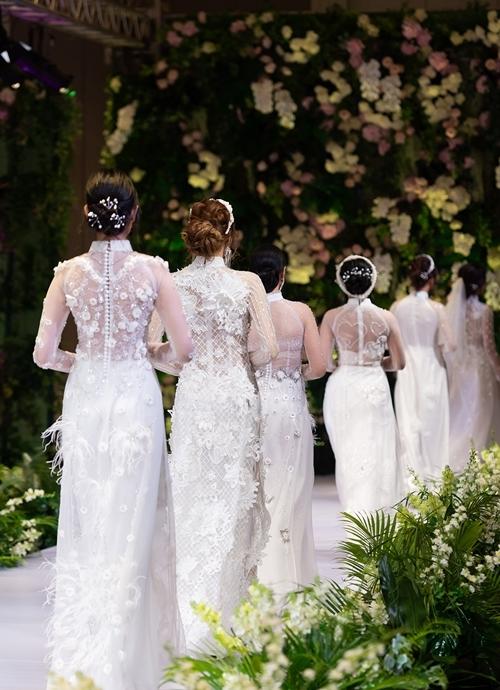 Những mẫu áo dài cưới đính kết tỉ mẩn được Kenny Thái giới thiệu trong show diễn.