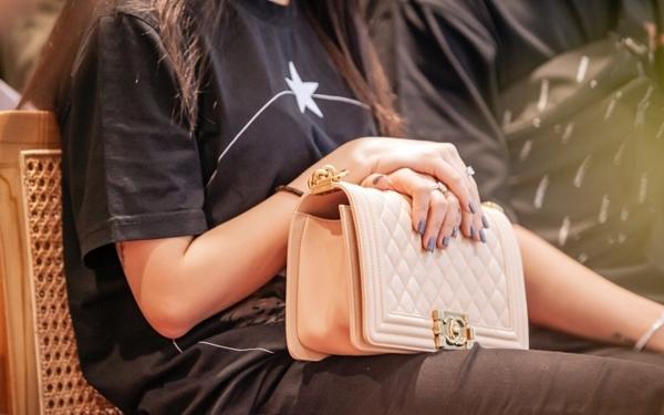 Joyce Phạm diện cây đồ hiệu với chiếc áo thun có hoạ tiết tối giản của Givenchy giá khoảng 46 triệu đồng, quần skinny của thương hiệu Dolce & Gabbana đi cùng giày Gucci (trị giá trên 11 triệu đồng). Để tránh nhàm chán, Joyce Phạm mix trang phục với túi Channel màu hồng nhạt (khoảng 115 triệu đồng).