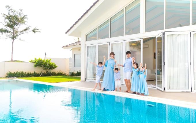 <p> Gia đình 6 người trong trang phục sắc xanh thiên thanh nổi bật trong chuyến du lịch.</p>