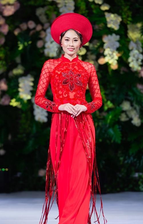 Mai Giang diện áo dài đỏ, đính kết tua rua. Sau khi trở thành quán quân Vietnams Next Top Model, Mai Giang không hoạt động showbiz mà dành nhiều thời gian vun vén cho gia đình. Thi thoảng, cô nhận diễn cho các NTK thân thiết.