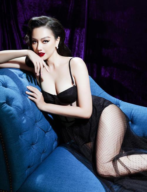 So với trong phim, thời trang đời thường của Băng Di còn sexy vượt trội. Cô rất chuộng khoe vòng một bằng những bộ đồ trễ nải, trang phục xuyên thấu hay ngắn cũn.