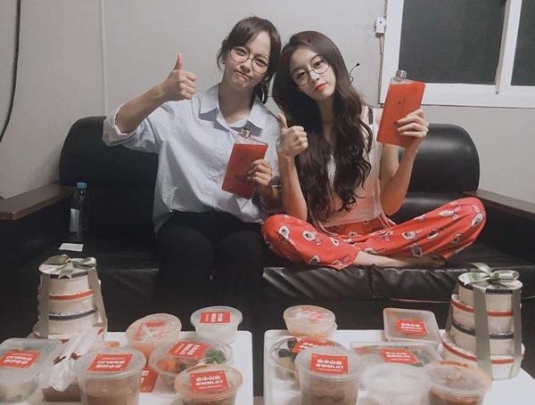 Park Ji Yeon (phải) và Kim Se Jeong thân thiết trong quá trình đóng chung I Wanna Hear Your Song. Cả hai cảm ơn các fan gửi tặng nhiều đồ ăn ngon cho đoàn phim.
