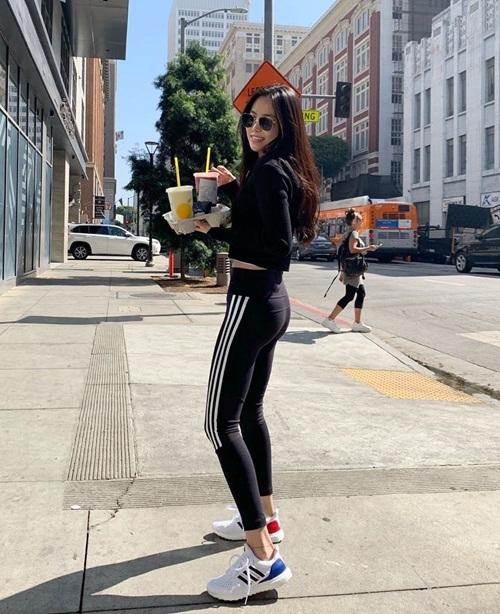 Na Eun tự tin diện đồ tập ra đường, khoe thân hình thon thả.