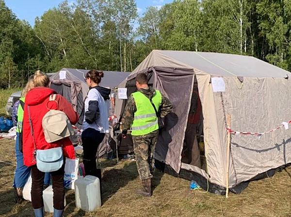 Lực lượng cứu hộ dựng lều trong rừng để bắt đầu chiến dịch tìm kiếm cậu bé.