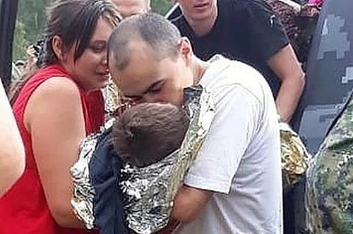 Cậu bé Kolya đoàn tụ với bố mẹ.