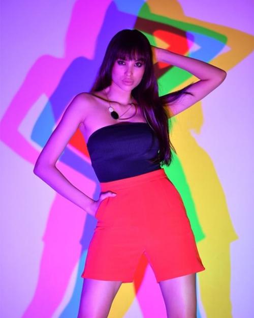 Sau 4 tháng đầu quân cho công ty người mẫu, Phạm Hương được book chụp khá đều đặn. Hoa hậu Hoàn vũ Việt Nam 2015 thay đổi phong cách đa dạng trong các khung hình.