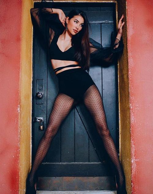 Hoa hậu còn xuất hiện trong bộ ảnh thời trang của một số tạp chí.