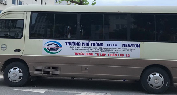 Xe đưa đón học sinh cũng bị thay đổi thành Trường phổ thông liên cấp Newton.