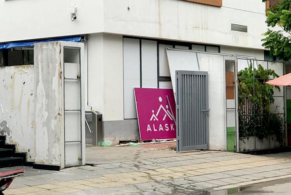 Tấm biển của trường Alaska bất ngờ bị tháo dỡ dựng dưới chân tòa nhà.