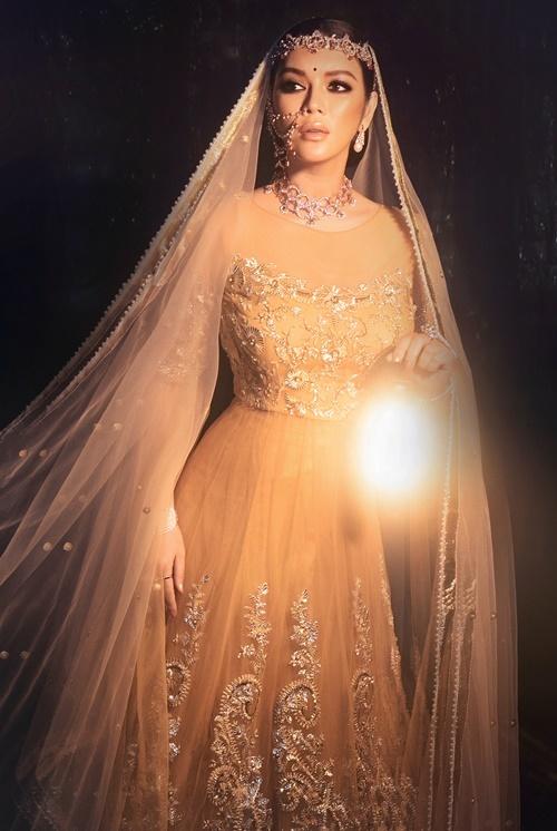 Cô diện váy haute couture được thêu chỉ vàng, hoa văn dập nổi 3D bằng vàng 18k. Bố nuôi Lý Nhã Kỳ - ông Nitin Shah - đặt bộ đầm theo số đo của cô ba tháng trước ngày sinh nhật diễn ra.