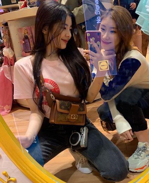 Idol 20 tuổi còn sở hữu một chiếc túiBumbag Dauphine giá 2,620 USD ( khoảng hơn 60 triệu đồng).