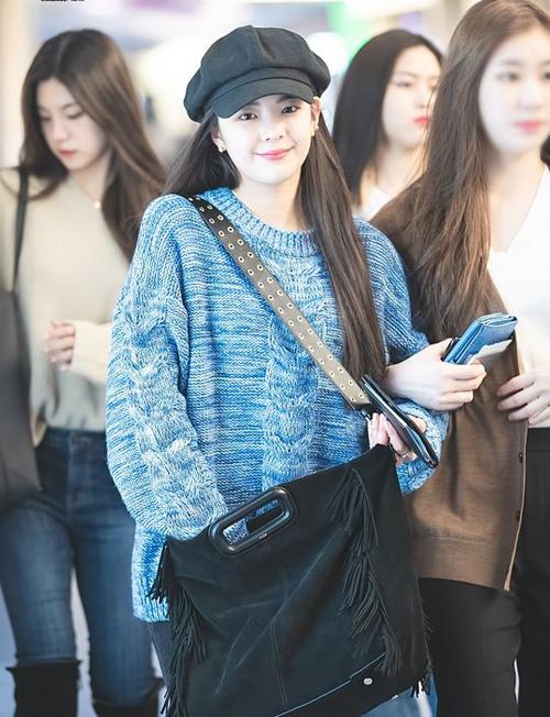 LiA xuất hiện rạng rõ ở sân bay cùng các item đến từ nhãn hàng Maje, túi tote có giá 485 USD và dây đeo 160 USD, 2 món đồ này có giá khoảng gần 15 triệu đồng.