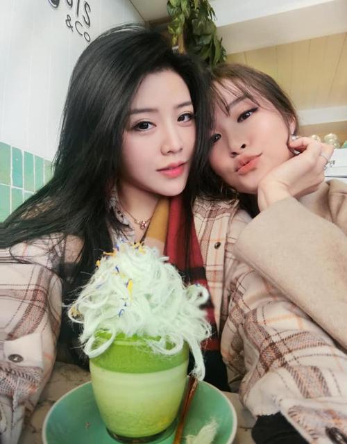 Đông Nhi và em gái Ông Cao Thắng có mối quan hệ thân thiết chẳng khác gì chị em ruột. Hai cô nàng rủ nhau pose nhí nhố trong chuyến đi du lịch Seoul chung.