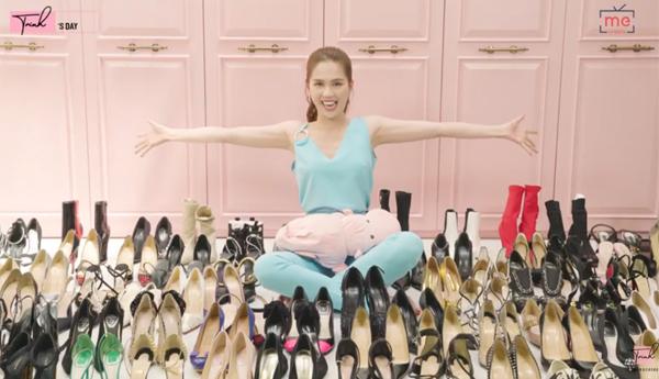 Ngọc Trinh vừa làm video chia sẻ về bộ sưu tập giày đồ sộ đáng mơ ước. Theo chân dài tiết lộ, trước đây cô trưng bày giày trong phòng ngủ, tuy nhiên vì số lượng ngày càng tăng lên nên cô phải sửa chữa, biến góc cầu thang thành một tủ giày siêu to khổng lồ. Giày là một trong những đam mê mua sắm lớn nhất của Ngọc Trinh nên hiện tại, cô sở hữu đến 300 đôi, tổng giá trị bộ sưu tập là gần 5 tỷ đồng.