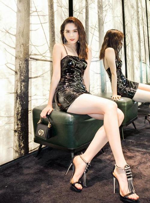 Ngoài giày bít mũi, người đẹp còn có nhiều đôi sandals, từ chất liệu trong suốt cho đến ánh kim lấp lánh. Kiểu giày này thường được Ngọc Trinh mix cùng đồ cá tính.