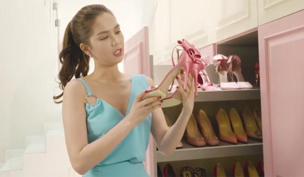 Tủ giày của Ngọc Trinh gồm 6 cánh, mỗi cánh gồm 5 ngăn, có thể bày được khoảng 25-40 đôi. Ngọc Trinh phân loại giày theo màu sắc để dễ tìm kiếm đôi phù hợp mỗi khi diện các kiểu trang phục. Trong đó, nhiều nhất là các đôi tông cơ bản đen - trắng, sau đó đến giày ánh kim lấp lánh nổi bật vàgiày màu hồng - gam yêu thích của Ngọc Trinh.