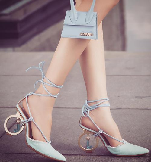 Nhiều đôi giày nữ hoàng nội y mua về chỉ vì có phần gót độc đáo, hoặc vì được bạn bè... xui nên mua. Những đôi giày này, cô thường chỉ dùng một lần để chụp street style.