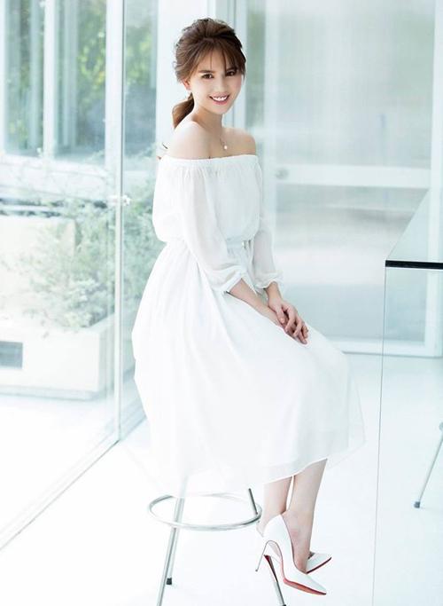 Ngọc Trinh tiết lộ cô ưa chuộng nhất phom giày bít mũi, tông đen và trắng vì rất dễ kết hợp trang phục, có thể diện cùng từ váy áo tiểu thư cho đến đồ đi sự kiện, trang phục sang chảnh.