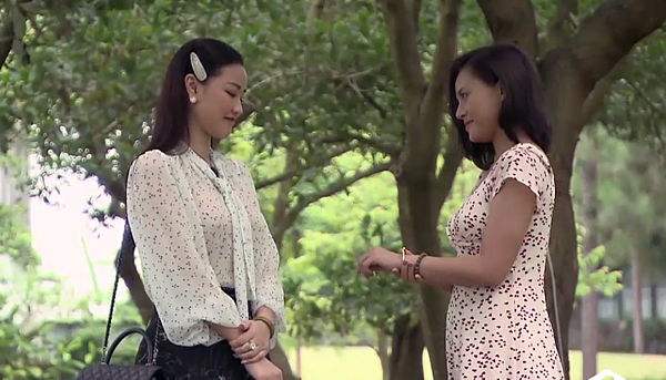 Trang trao cho Huệ kỷ vật của mẹ chồng.