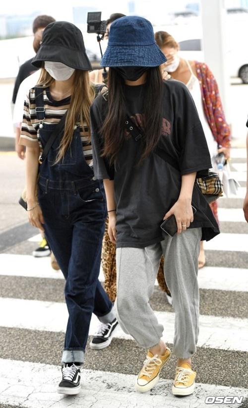 Mamamoo chuộng trang phục thoải mái khi ra sân bay. Moon Byul (ảnh trái) và Whee In che chắn kín mít với mũ và khẩu trang.