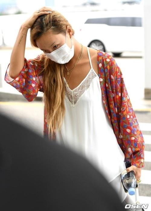 Hwasa mặc đồ ngủ ra sân bay. Netizen ủng hộ phong cách thoải mái của nữ ca sĩ.