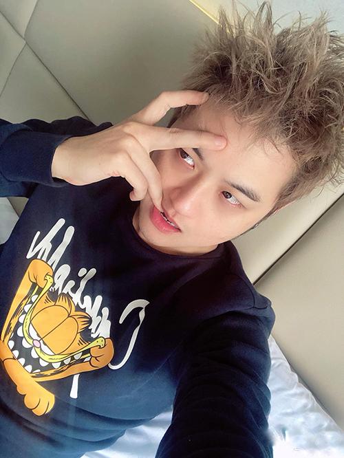 Mới ngủ dậy, đầu tóc rối bù nhưng Thanh Duy vẫn không ngại pose hình khoe độ kute.