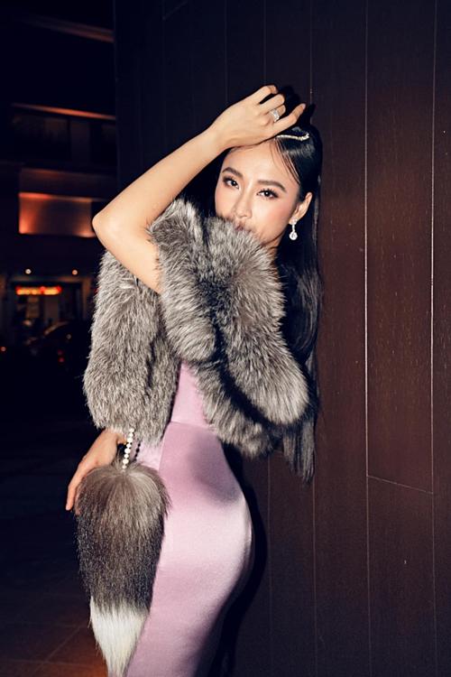 Khăn lông cáo gây tranh cãi củaAngela Phương Trinh.