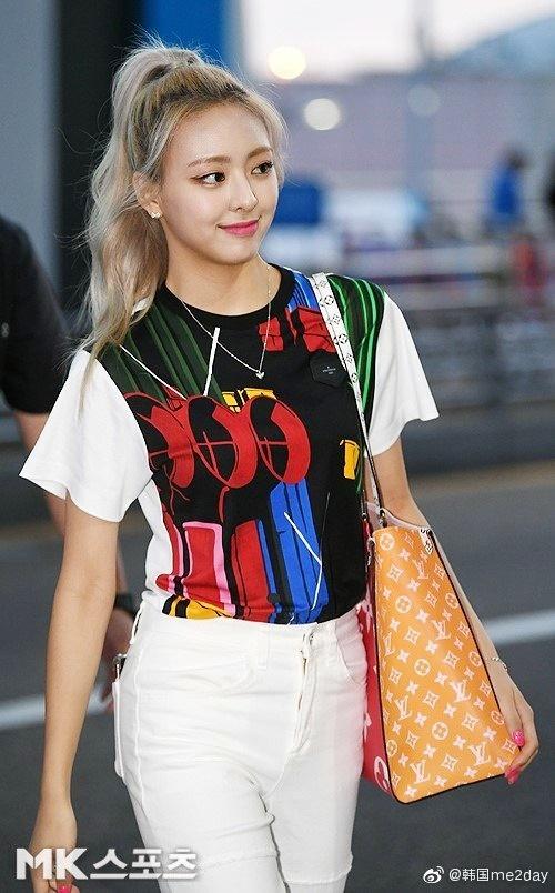 Em út Yuna mắc lỗi trang điểm mặt trắng hơn cổ. Nữ thần tượng chứng minh đẳng cấp với chiếc túi LV màu sắc.