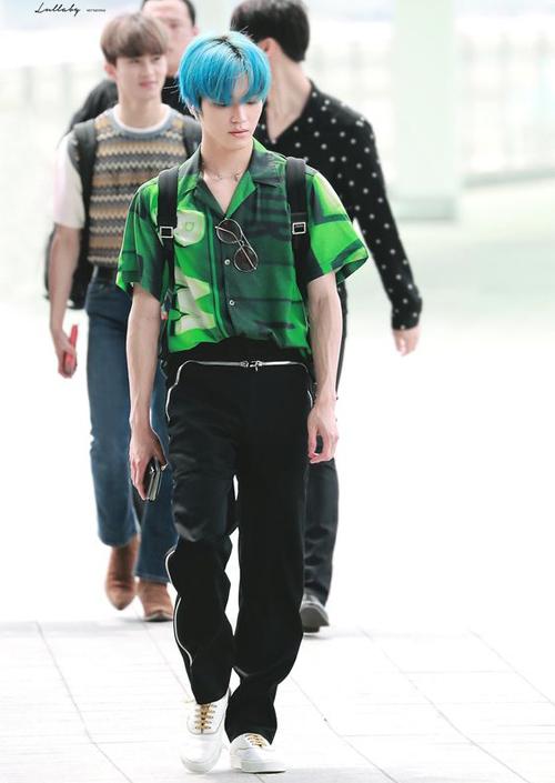 Áo xanh lá và tóc xanh biển, tưởng không hợp mà lại hợp không tưởng. Chỉ nhìn cách lựa chọn màu sắc và họa tiết của các item cũng thể hiện gu thời trang độc đáo, kén người mặc của Taeyong.