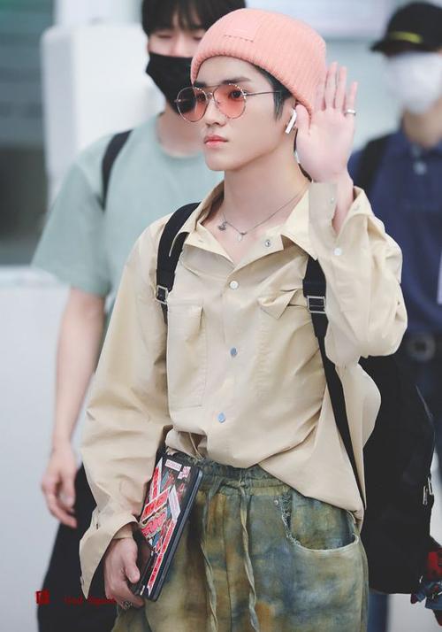Taeyong từng được netizen khen ngợi về gu thời trang sân bay thời thượng của mình từ trang phục cho đến các phụ kiện đi kèm, cậu chàng làm cho cả sân bay bừng sáng.