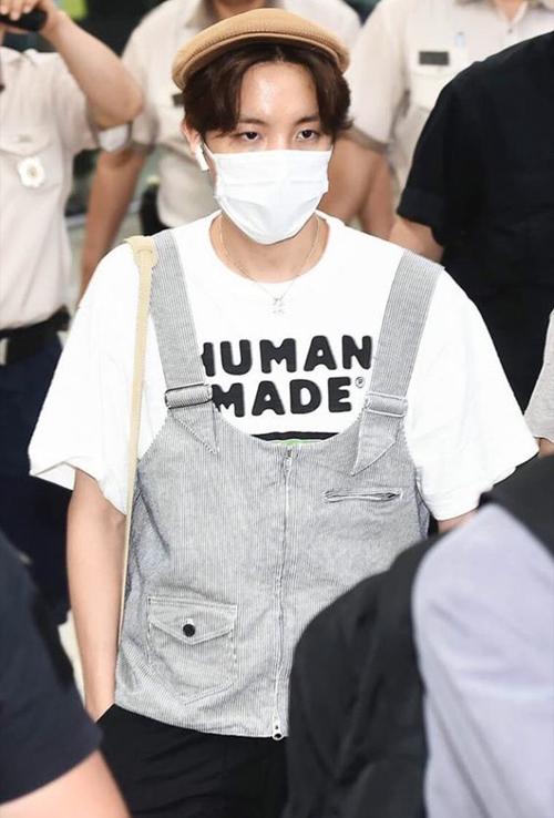 J-Hope được xem là fashionista có phong cách thời trang sành điệu, chính vì lẽ đó mà mỗi lần xuất hiện anh chàng luôn khiến fans ngỡ ngàng trước phong cách thời trang lạ mắt của mình.