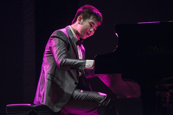 Sinh năm 2006, Peter Leung bắt đầu tiếp xúc với piano từ năm 4 tuổi. Khi lên 8 tuổi, Peter nhận được chứng chỉ lớp 8 từ Hội đồng Liên kết của Royal Schools of Music. Peter tiếp tục nhận chứng chỉ trình diễn hạng xuất sắc của Trinity College London năm 10 tuổi. Năm 2015, cậu được nhận vào Học viện Trình diễn Nghệ thuật Hong Kong. Cậu bạn còn được lựa chọn trở thành học viên trẻ của Quỹ Âm nhạc Quốc tế Lang Lang khóa 2016 - 2018.