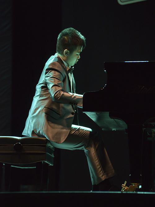 Đêm nhạc Peter Leung - A Piano Prodigy nằm trong dự án Soul Live Project Series: The Modern Classics diễn ra ở TP HCM. Cậu bé 13 tuổi đã đưa khán giả yêu âm nhạc cổ điển đến với nhiều bất ngờ. Kể từ những nốt nhạc đầu tiên, hơn 300 khán giả lập tức như bị mê hoặc bởi từng âm thanh điêu luyện, thể hiện trọn vẹn sự đa tài của Peter Leung.