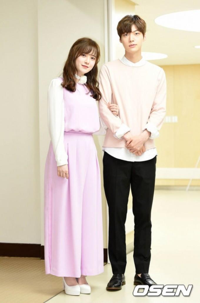 """<p> Ngày Goo Hye Sun - Ahn Jae Hyun kết hôn sau một năm hẹn hò, truyền thông gọi đây là """"đám cưới kỳ lạ nhất"""". Không váy vóc xa hoa, không tuxedo bảnh bao, nàng """"Cỏ"""" chỉ diện một set đồ màu pastel, trong khi đó chồng kém tuổi cũng tông xuyệt tông với áo nỉ hồng mix sơ mi trắng. Hôn lễ của cả hai diễn ra giản dị tại khoanhi của bệnh viện Severance, Seoul.</p>"""